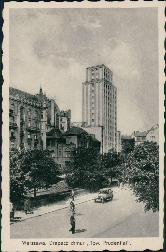 Pocztówka przedstawiająca budynek Towarzystwa Ubezpieczeniowego Prudential widziany z południowej części Placu Napoleona, fot. Konstanty Wojutyński (1900-1939) , źródło: Biblioteka Narodowa