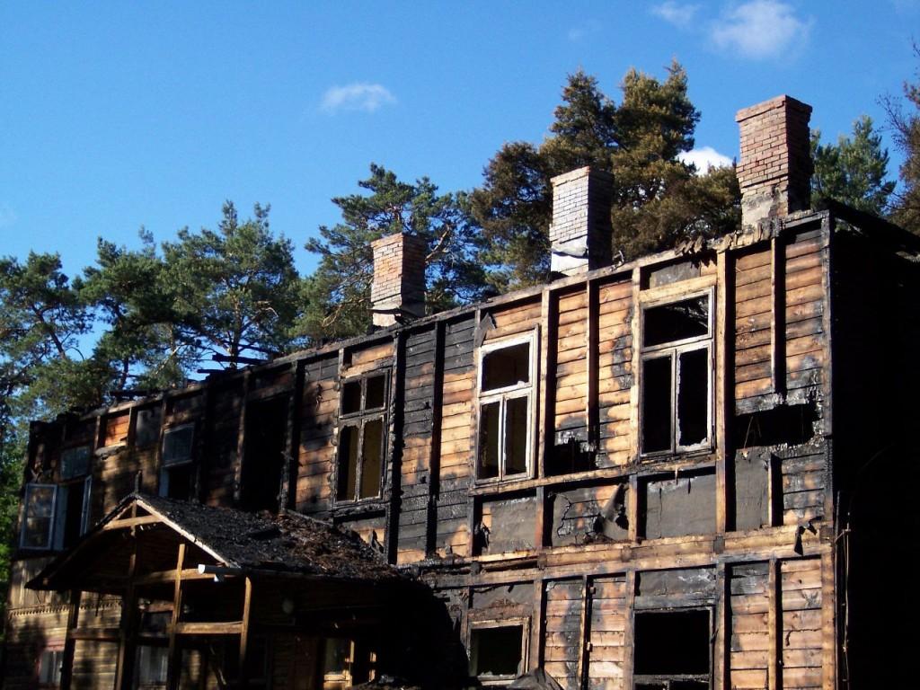 Spalona willa przy ul. Brücknera, po pożarze około 2006 roku rozebrana. Fot. B. Wizimirska