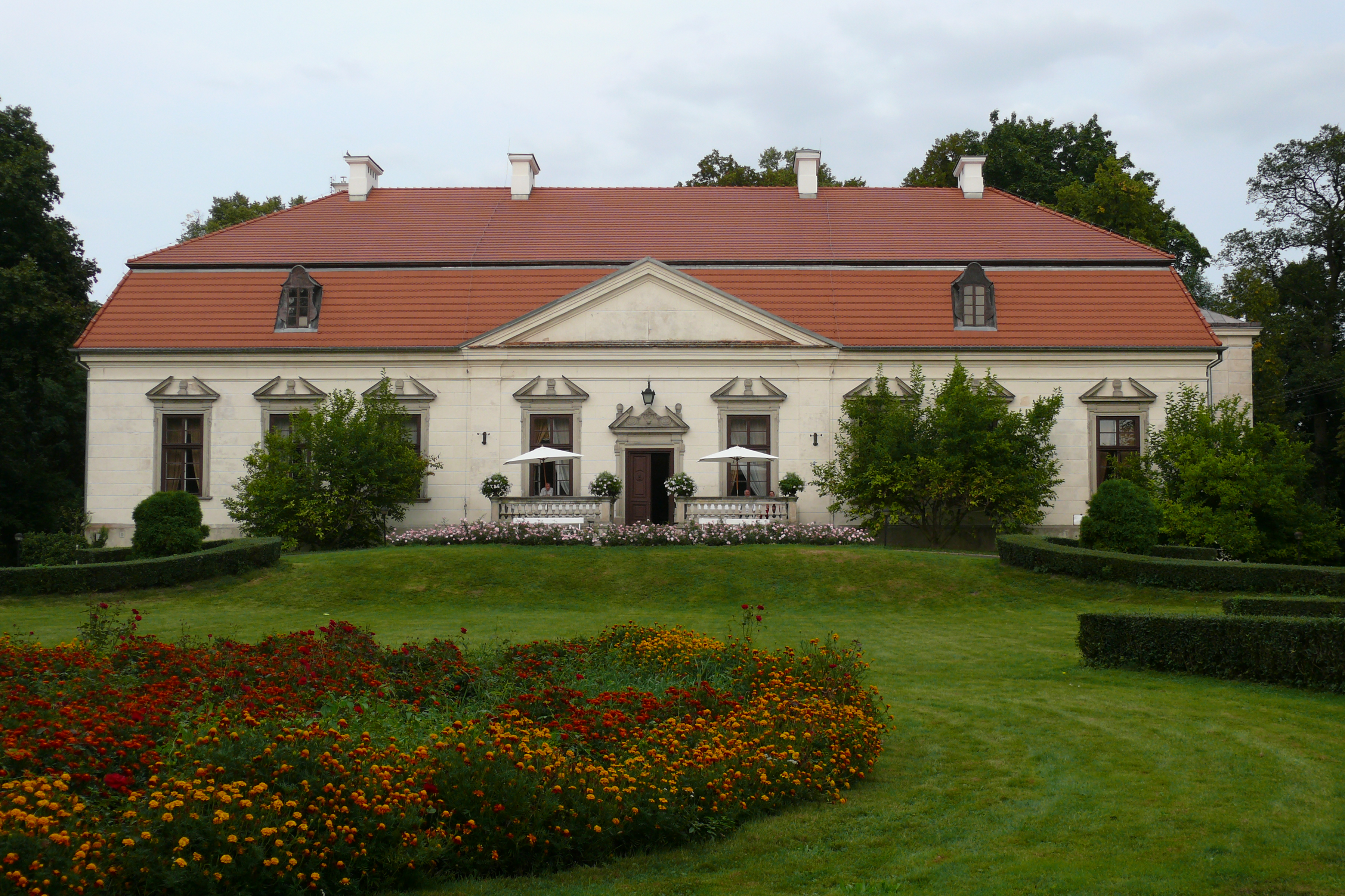 Elewacja pałacu w oborach od strony zachodniej. Fot. Jarosław Manicki, źródło, CC BY-SA 3.0 pl
